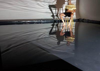 Lichttest beim Videodreh mit dem Wasserbecken auf der Hohlkehle.